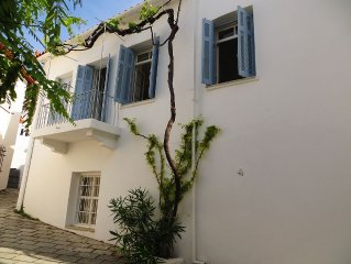 Pretty Detached Town House less than 100m from Sea