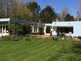 Ruime familievriendelijke bungalow direct aan duin en strand, met tennisbaan.
