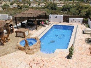 Beautiful 3 Bed Detached Villa, Heated Swim Pool & Jacuzzi, Wifi, SKY tv, BBQ