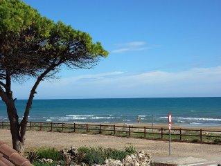 Primerisima linea, frontal al mar, con gran terraza, piscina privada y garaje.