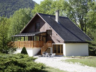 Chalet Set in 2 Acres of Land with Stunning Mountain Views