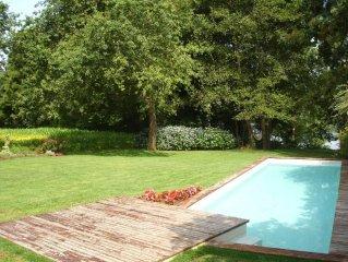 Casa com jardim e piscina na margem do Rio Minho