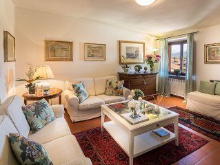 Central large apartment inside the walls of Lucca with elevator and WiFi