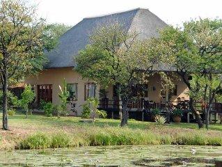 ruime vakantiehuis/bushvilla naast KRUGERPARK met grote overdekte veranda