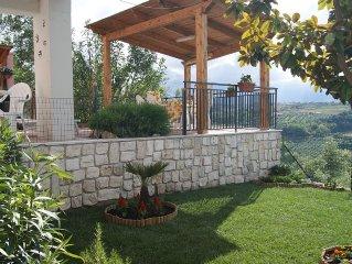 Appartamento in centro paese con giardino e straordinario panorama mare/monti