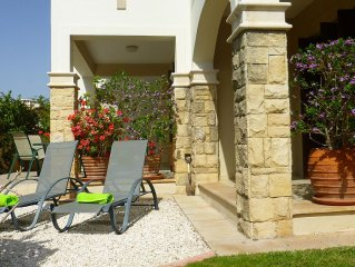 'Iliana' - Luxury 2 bed/2 bathroom apt with private walled garden. Free wifi