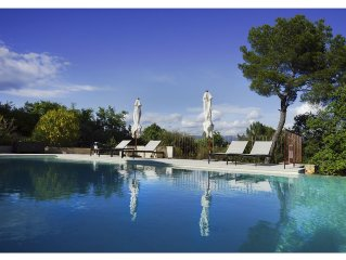 5 BEDROOMS -  HILLTOP VILLA  – AMAZING VIEWS OF ROUSSILLON - SECURE HEATED POOL