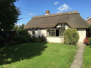 Thatch Cottage Luxury Romantic Bolt Hole, jacuzzi, direct access new forest