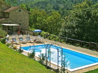 Tuscan Farmhouse with private pool and terrace, sleeps 8