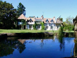 Maison des Bois (8 Studios) en bordure de Seine dans un domaine boisé.