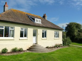 Lovely holiday Cottage, great for families with large safe garden, 10 min beach.
