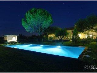 maison avec tres grand jardin terrasse et piscine sur la route des vins dans mas