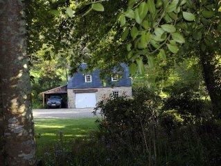 Maison individuelle au calme dans parc arbore.