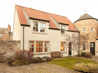 Stunning house (sleeps 5) in the heart of St. Andrews with private parking