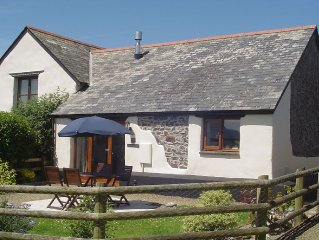 Sleeps 4, Garden, Log burner, near Coastal path, Wi Fi
