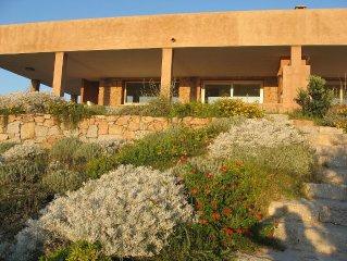 Affascinante villa fronte mare, ampio giardino privato, vista mare con tramonti