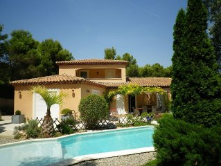 Sur la côte bleue, maison d'architecte spacieuse avec jardin arboré et piscine