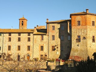 Magnificent  manor near  Lake Trasimeno (Umbria) dating back to the early 1400