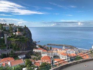 Casa de férias, sobre a vila e a praia da Ponta do Sol