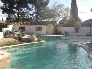 Gite avec jardin privatif arbore dans propriete avec piscine