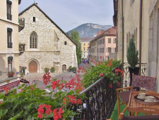 Luxury charming apartment 4* with balcony in the Old Town of Annecy