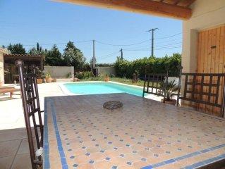 Maison proche Avignon piscine privée au calme, cuisine d'été.