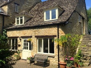 Cotswold Cottage on edge of Cotswolds, near Oxford with tennis court+indoor pool