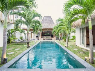 Beautiful 4 bedroom Villa in Oberoi with pool & staff
