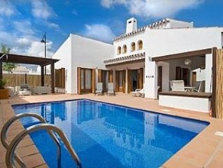 El Valle Golf - Villa Morgan, Heated Pool,  WiFi. South facing garden/pool., location de vacances à Banos y Mendigo