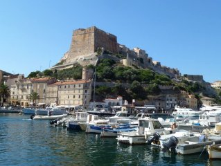 Grand duplex de charme, climatise et WiFi au coeur de la citadelle de Bonifacio