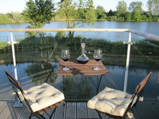 Luxury Contemporary 2 Bed House with Stunning Lake Views and Free Spa access