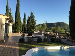 A cote d'AIX, grande villa avec piscine et vue panoramique surplombant la vallee