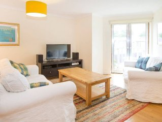 Bright, modern Oxford apartment with parking - minutes from bars and restaurants