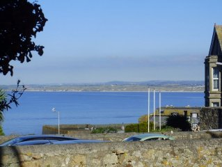Sunny ground floor apartment, lovely sea view, private, easy parking + courtyard