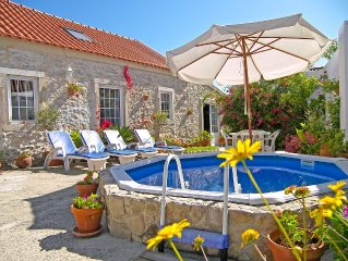 Romantic villa w / patio and pool, complete privacy