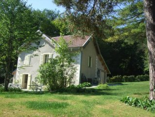 Tres jolie maison  a la lisiere de la foret avec parc arboise  a 3mn d'Ornans