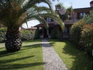 Villa con ampio giardino su tre lati, aria condizionata, posto auto interno