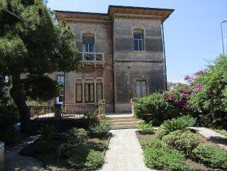 Appartamento in Villa Liberty con giardino vista Etna e vicino al mare