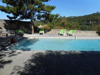 Charmante  ancienne auberge provençale du Luberon avec piscine dans hameau calme