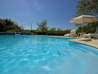 Beautiful, secluded location. Air Con, 5kms to town. Private pool, Country views