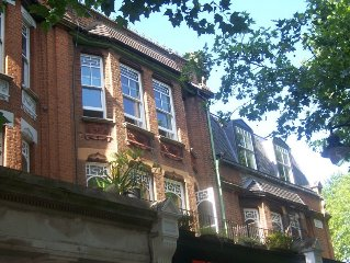 Lovely Victorian apartment in the heart of London's historic Kew village.
