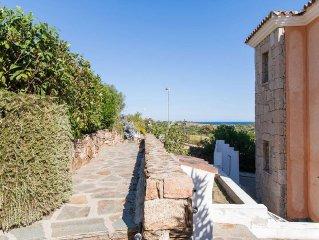 Villetta ben arredata, bella vista mare, ampio cortile e posteggio riservato