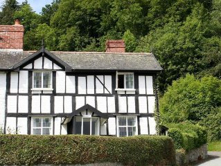 250 year old cottage with Oak Floors/Staircase in Montgomery, Wales. Sleeps 4