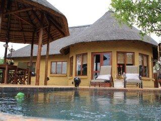 Bush house in Afrikaanse stijl met zwembad nabij het Krugerpark.