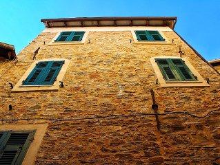 Caratteristica casa ligure nel centro storico di  Montegrazie