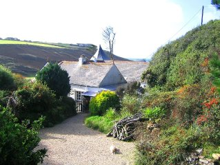 Dog & Guest friendly! Between Mullion village & beach, Sea & Wooded Valley Views