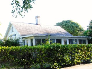 Delightful Island cottage in Boca Grande with separate guest house.