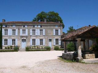 Maison gite avec cour de ferme et parc proche Cognac.