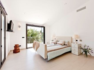 Contemporary Villa With Large Salt Water Pool, Air Con, WiFi