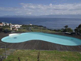 A Casa do Ouvidor. A vista sobre o canal, a piscina